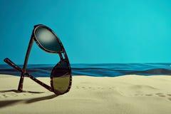 Zonnebril op het strand Stock Fotografie