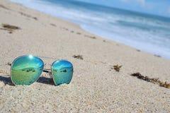 Zonnebril op het strand stock foto's