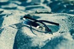 Zonnebril op het zand Royalty-vrije Stock Afbeeldingen