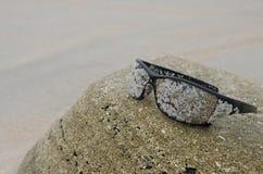 Zonnebril op strand 7 Stock Foto's