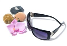 Zonnebril, purpere lenzen, orchidee en overzeese stenen royalty-vrije stock afbeelding