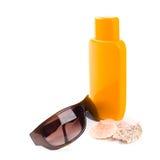 Zonnebril, shells en lotion Stock Foto