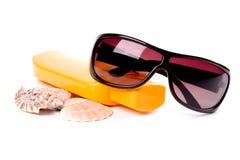 Zonnebril, shells en lotion royalty-vrije stock foto's