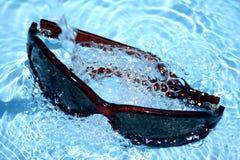Zonnebril in Water Stock Foto's