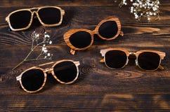 Zonnebrilverkoop De zomer biedt verkoop-uit aan Zonnebril in houten kader op houten achtergrond De ruimte van het exemplaar stock afbeelding