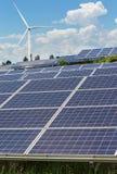 zonnecellen en windturbines die elektriciteit in krachtcentrale alternatieve duurzame energie produceren van Stock Afbeeldingen