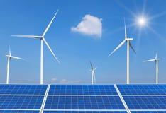 Zonnecellen en windturbines die elektriciteit in krachtcentrale alternatieve duurzame energie produceren van aard Stock Afbeeldingen