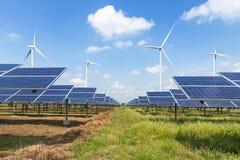 Zonnecellen en windturbines in krachtcentrale alternatieve duurzame energie van aard Royalty-vrije Stock Foto