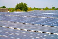 Zonnecellen op het dak van een fabriek Stock Foto's