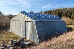 Zonnecellen op schuur Stock Foto
