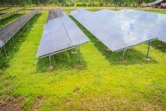 Zonnecellen (photovoltaic paneel) met de weerspiegeling van zonlicht royalty-vrije stock afbeelding