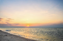 Zonnedawn bij de kust Royalty-vrije Stock Foto