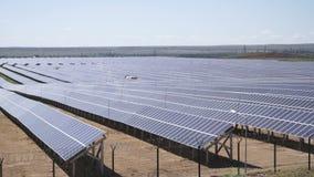 Zonneelektrische centrale die photovoltaic modules gebruiken stock footage