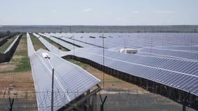 Zonneelektrische centrale die photovoltaic modules gebruiken stock videobeelden