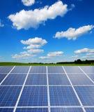 Zonneelektrische centrale in het landschap Stock Foto