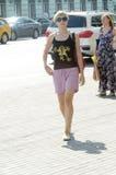 Zonnegloed De straat van Moskou Novy Arbat verkeer Jonge vrouw De vector van auto's hitte Stock Foto