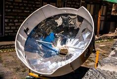 Zonnekooktoestel in de bergen van Himalayagebergte Royalty-vrije Stock Afbeeldingen