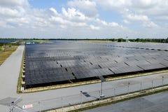 Zonnelandbouwbedrijf en blauwe hemel Royalty-vrije Stock Foto's