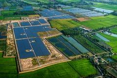 Zonnelandbouwbedrijfzonnestelsel stock afbeelding
