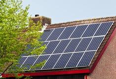 Zonnemachtspanelen op dak Royalty-vrije Stock Foto