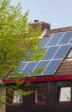 Zonnemachtspanelen op dak van een huis Stock Foto's