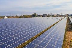 Zonnemachtspanelen, Photovoltaic modules voor innovatie groene energie stock afbeeldingen
