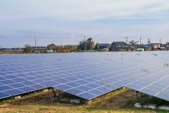 Zonnemachtspanelen, Photovoltaic modules voor innovatie groene energie voor het leven met blauwe hemelachtergrond royalty-vrije stock afbeeldingen