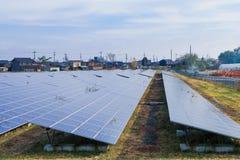 Zonnemachtspanelen, Photovoltaic modules voor innovatie groene energie voor het leven met blauwe hemelachtergrond royalty-vrije stock foto
