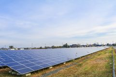 Zonnemachtspanelen, Photovoltaic modules voor innovatie groene energie voor het leven met blauwe hemelachtergrond royalty-vrije stock fotografie