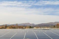 Zonnemachtspanelen, Photovoltaic modules voor innovatie groene energie voor het leven met blauwe hemelachtergrond stock foto's