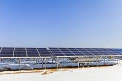 Zonnemachtspanelen, Photovoltaic modules voor innovatie groene energie voor het leven met blauwe hemelachtergrond royalty-vrije stock afbeelding
