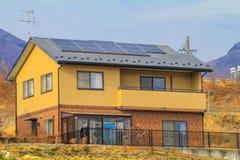 Zonnemachtspanelen, Photovoltaic modules voor innovatie groene energie voor lifeSolar machtspanelen op de daken royalty-vrije stock foto