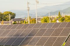 Zonnemachtspanelen voor innovatie groene energie voor het leven met blu Stock Foto