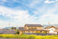 Zonnemachtspanelen voor innovatie groene energie voor het leven met blu Royalty-vrije Stock Afbeelding