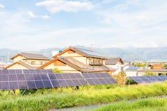 Zonnemachtspanelen voor innovatie groene energie voor het leven met blu Stock Afbeeldingen