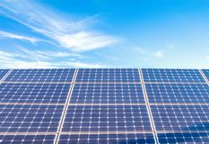 Zonnemachtspanelen voor innovatie groene energie voor het leven met blu Stock Fotografie