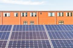 Zonnemachtspanelen voor innovatie groene energie voor het leven met blu Royalty-vrije Stock Fotografie