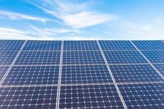Zonnemachtspanelen voor innovatie groene energie voor het leven met blu Stock Afbeelding