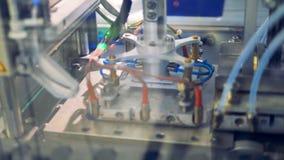 Zonnemoduleproductie De zonnecellen worden gesneden en sticked met een blauwe laag door een dringende machine stock video