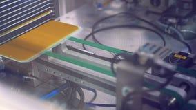 Zonnemodules die langs de transportband zich één voor één bewegen Vernieuwbare energieconcept stock footage
