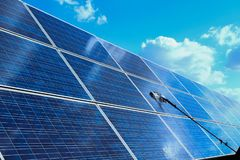 Zonnepaneel, alternatieve elektriciteitsbron - het concept duurzame middelen, Dit de zon volgende systemen, het Schoonmaken zal stock afbeeldingen