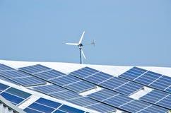 Zonnepaneel en windturbine stock foto's