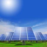Zonnepaneel met groen gras en blauwe hemel Royalty-vrije Stock Foto's