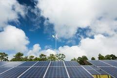 Zonnepaneel met windturbine Stock Fotografie