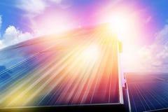 Zonnepaneel met zonlicht in blauwe hemel royalty-vrije stock foto