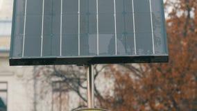 Zonnepaneel op een stadsstraat in bewolkt weer Energie - besparing en milieubescherming