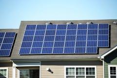 Zonnepaneel op het dak stock afbeelding