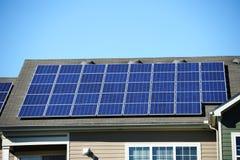 Zonnepaneel op het dak stock afbeeldingen