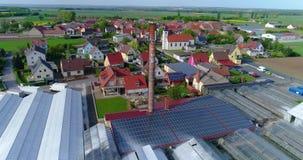 Zonnepaneel op het dak van een industrieel gebouw, Europese stad, serres, Europese landbouw stock video