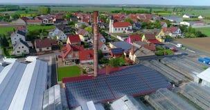 Zonnepaneel op het dak van een industrieel gebouw, Europese stad, serres, Europese landbouw stock videobeelden
